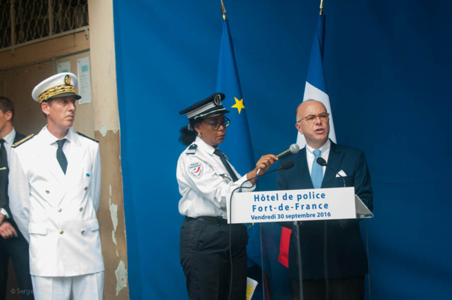Bernard Cazeneuve en visite en MQ. Il était ministre de l'intérieur