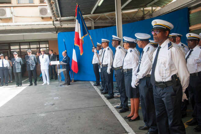 Le Préfet de la MARTINIQUE honore des hommes des policiers.