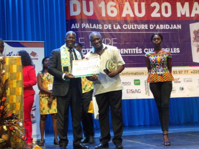 Serge Bilé récompensé du Prix Bernard Dadié par le ministre de la culture.