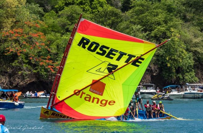 Orange partenaire de la voile traditionnelle avec la yole Rosette l'arme fatale. Photo Gérard Graduel