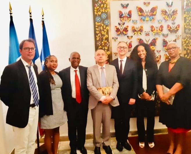 Un des grands acteurs de ce jumelage c'est Sebastien Perrot-Minot, Consul Honoraire du Guatémala en Martinique. L'ambassadeur de France s'appelle Jean-François Charpentier.