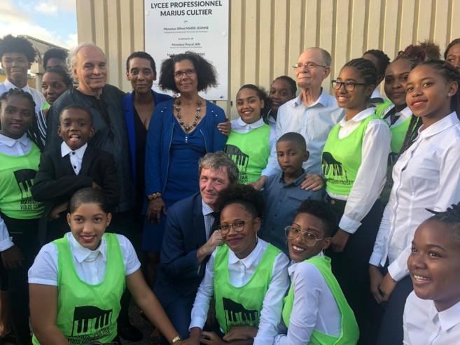 Photo de famille, le Recteur l'équipe pédagogique, les élèves et le Président de l'exécutif de la CTM