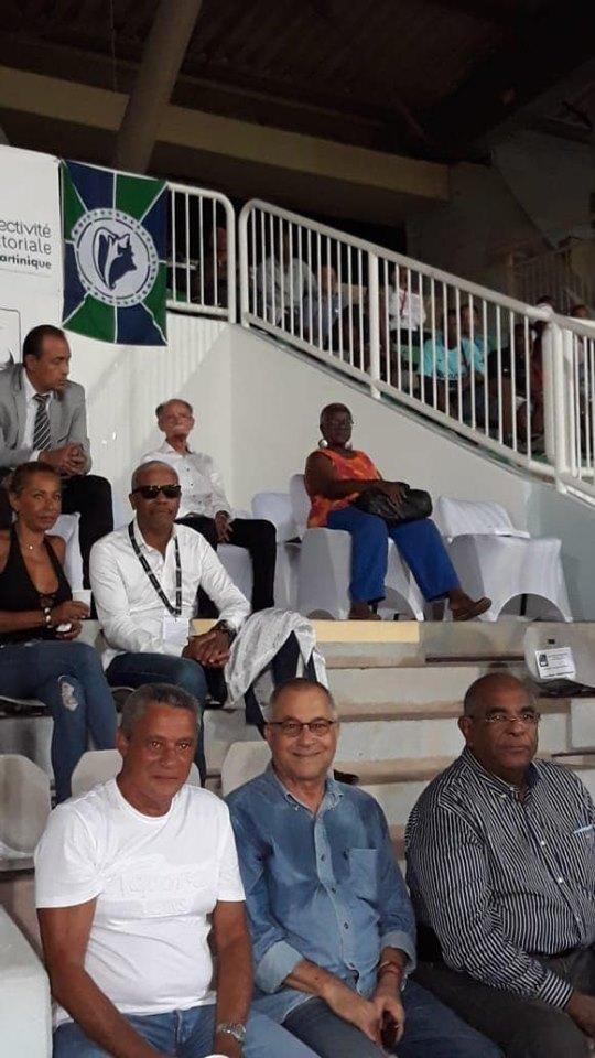 Qui a demandé de rajouter des sièges VIP dans la tribune officielle?