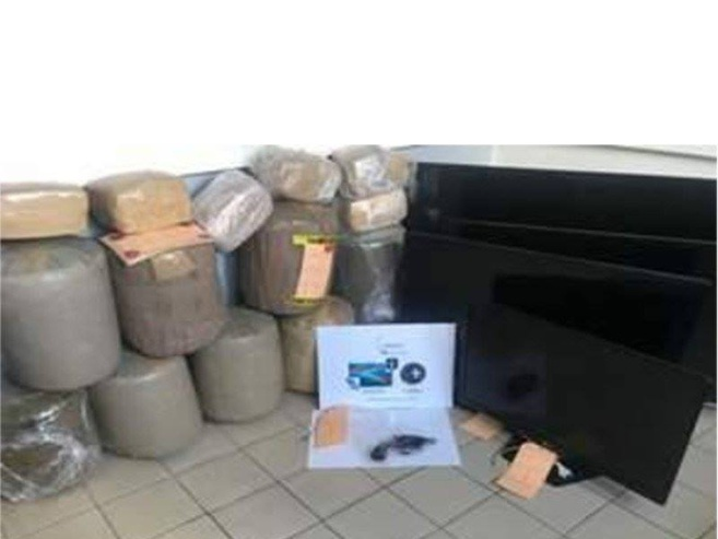 85 kilos de cannabis en ballots, 1 arme de poing, 2 véhicules, du matériel hi-fi, 3500 euros.