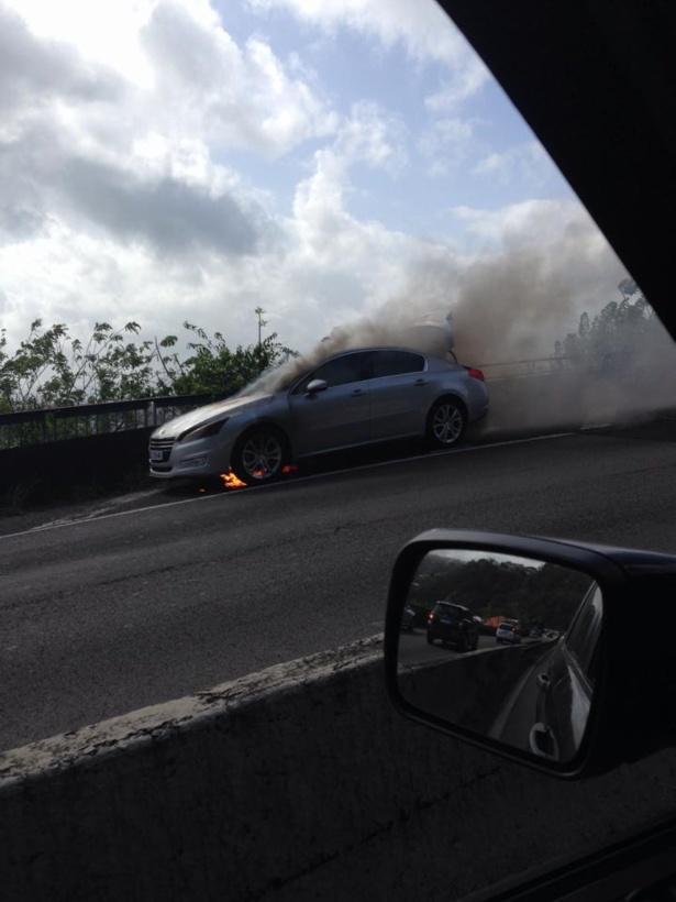 Un taxi en feu sur la rocade ce matin.(24 04 2014 9 heures 30) Fort de France