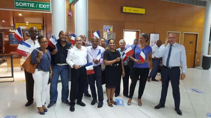Les indépendantistes du MIM cachent leur drapeau la droite sort le sien !