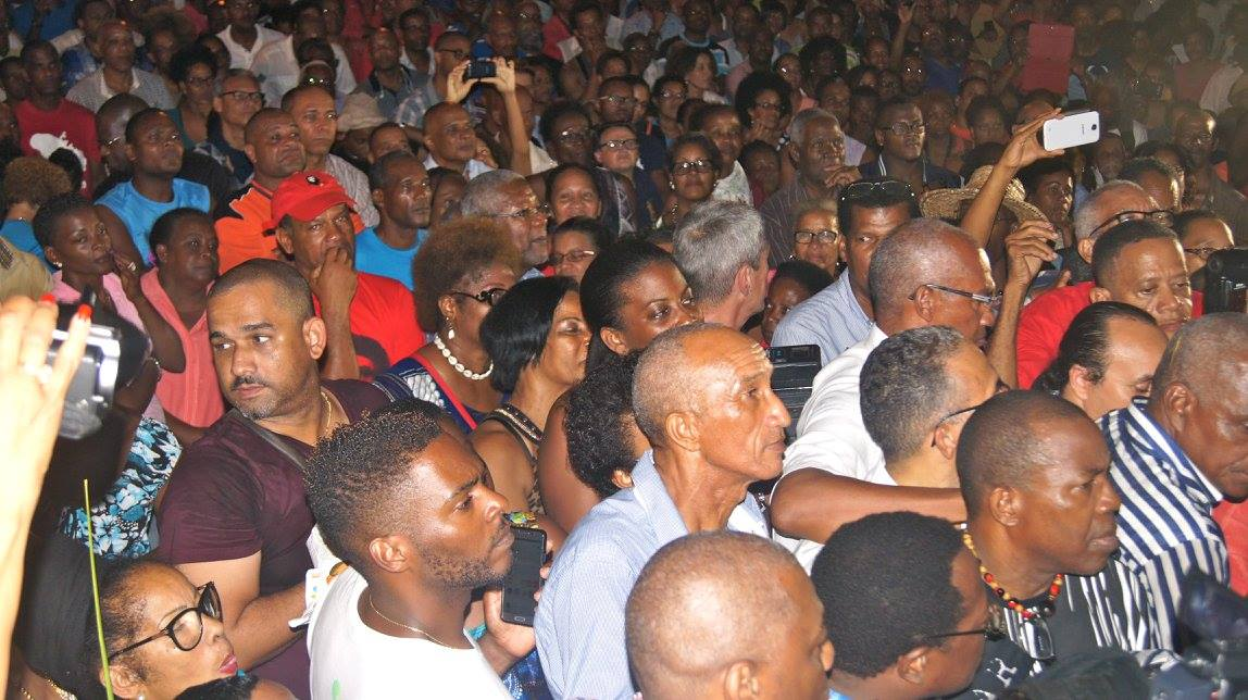 Les CRS n'attaquent pas les foules compacts