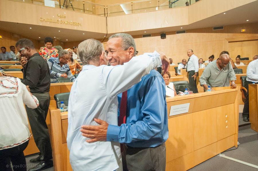 Miguel Laventure recevant l'accolade du patron du mouvement indépendantiste de la Martinique