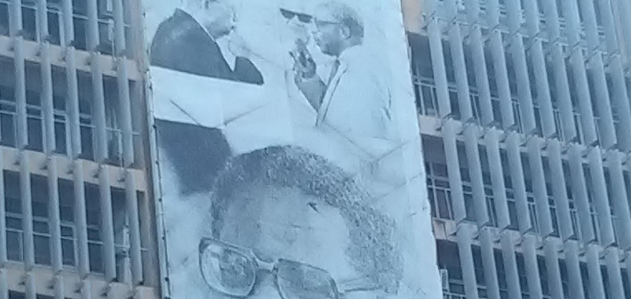 Faut-il injurier le maire de Fort-de-France pour qu'il enlève cette affiche délavée ?