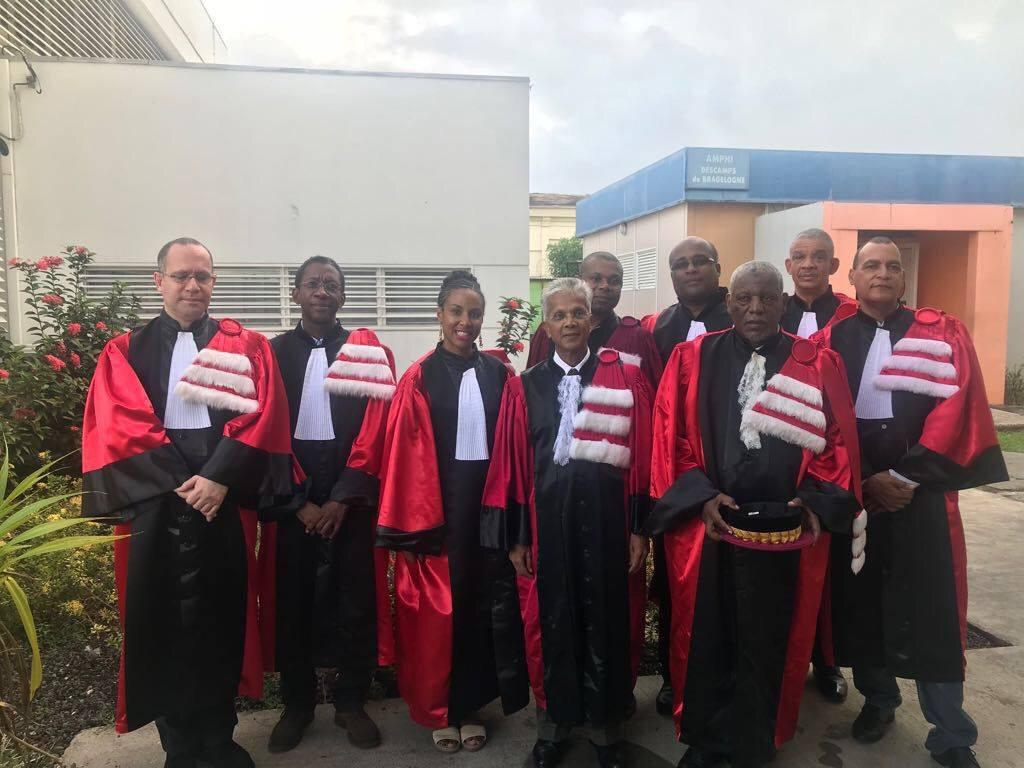Le président de l'université et le doyen de l'UFR SJE entourés des enseignants-chercheurs lors de la rentrée solennelle de l'UFR SJE
