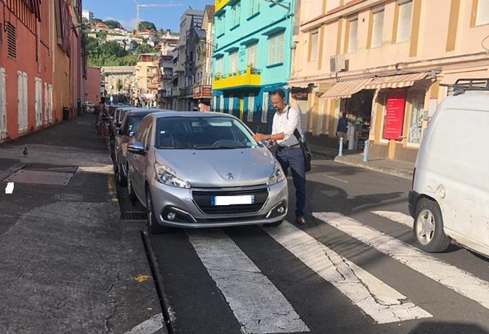 Parking sur passage piéton, en plus sur sortie fauteuil handicapé
