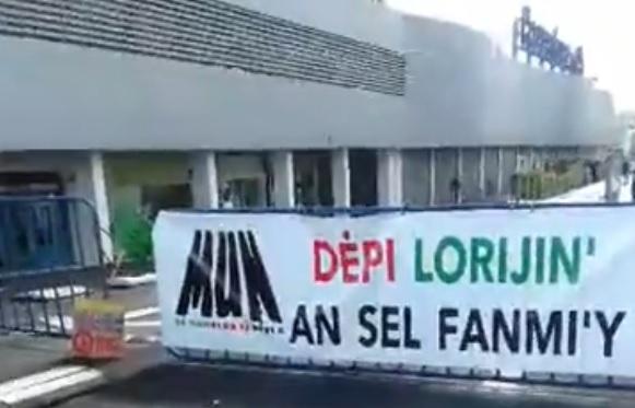 """Ils bloquent """"par amour"""" les entrées du centre commercial Carrefour !"""