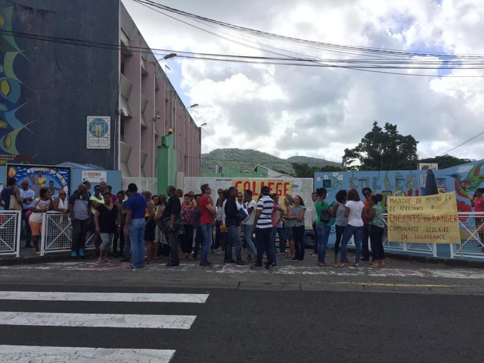 Le collège Jacques Roumain à Rivière Pilote est bloqué !