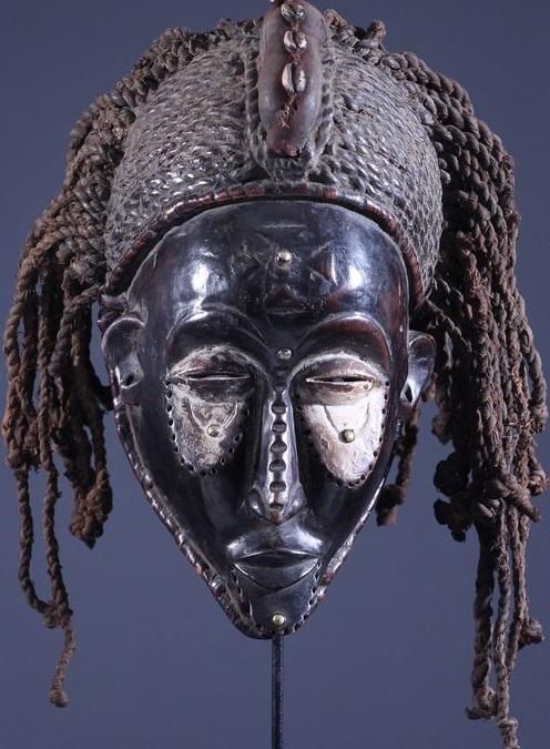 Les masques Chokwe Pwo sont exclusivement des représentations féminines, destinés au culte des ancêtres féminins. les pwo doivent apporter fertilité et prospérité à la communauté