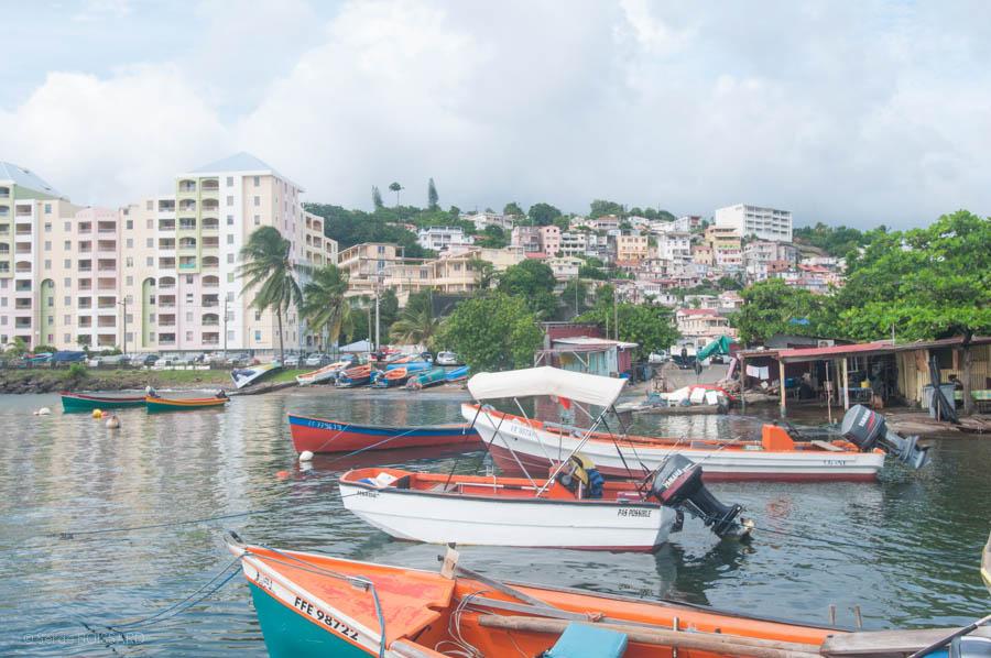 En Martinique, une concertation a été engagée entre le préfet et les maires des communes concernées. Le préfet de la Martinique a proposé aux maires d'étudier la possibilité d'une ouverture des plages entre le lever du jour et 11h du matin.