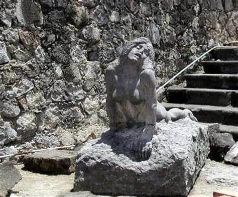 Cette statue a été balladée dans tout Saint pierre uniquement parce qu'elle avait les fesses à l'air.