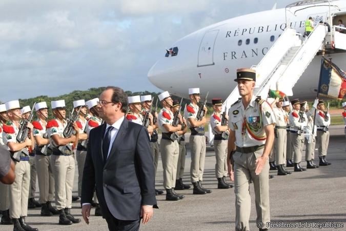 Le Président de la République, M. François HOLLANDE, était en Guyane les 13 et 14 décembre 2013. HOLLANDE a fait le tour de son domaine guyanais.