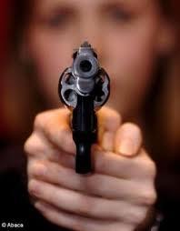 Une campagne « Déposez les armes » , destinée à lutter contre la banalisation de l'usage des armes, sera lancée.