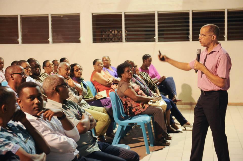 """JUSTIN Daniel """" lève le droit """". L'appartenance simultanée au conseil exécutif et à l'assemblée de Martinique est interdite par la loi."""