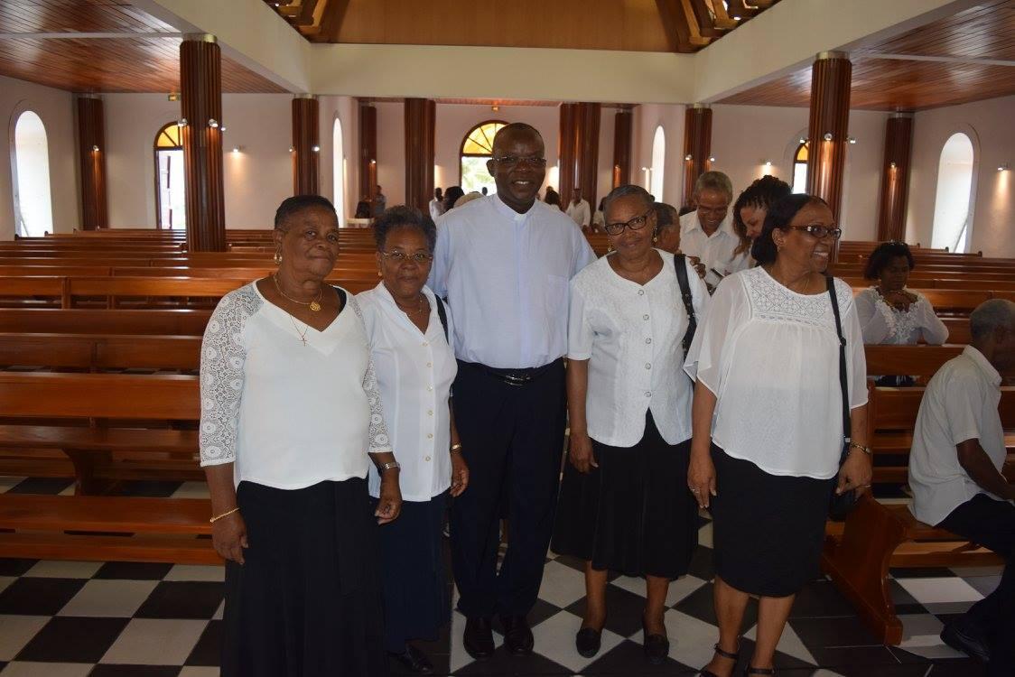 Nicaise Monrose, le maire de Sainte Luce a remis les clés de l'église au Père Hippolyte, curé de la paroisse.