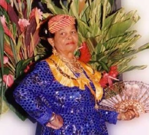 Émilie DANIEL une histoire vivante du costume traditionnel de 101 ans .