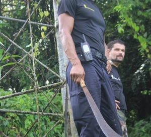 [Les gendarmes] se sont défendus avec des coutelas