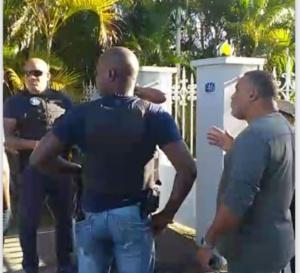 Un groupe de militants martiniquais mécontents devant chez le Préfet !