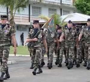 Une soixantaine de jeunes garçons et filles découvre l'armée et le métier de militaire
