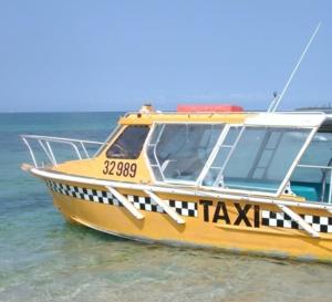 Certains habitants ont délaissé leurs véhicules et choisissent de se rendre à Fort-de-France en bateau. (info ATV)