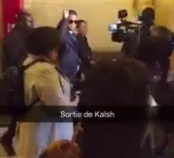 KALASH sort du tribunal le poing levé sous les applaudissements de ses fans.