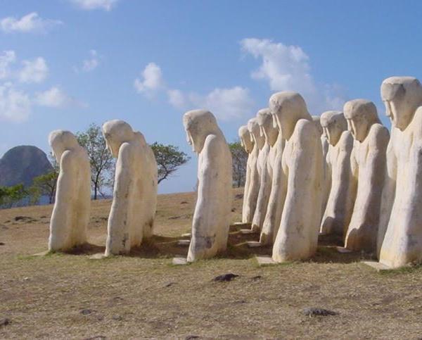 Mémorial de l'Anse Caffard au Diamant Telles 15 ombres blanches courbées par le poids de notre Histoire
