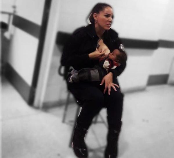 Une policière allaite un enfant abandonné. L'enfant était affamé: la photo devient virale.
