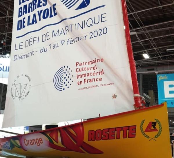 La yole Rosette est au salon parisien et porte les couleurs des barrés de la yole .